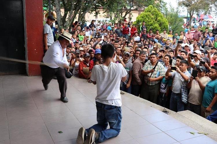 Un joven es azotado por el alcalde indígena, Juan Zapeta. (Foto Prensa Libre: Héctor Cordero)