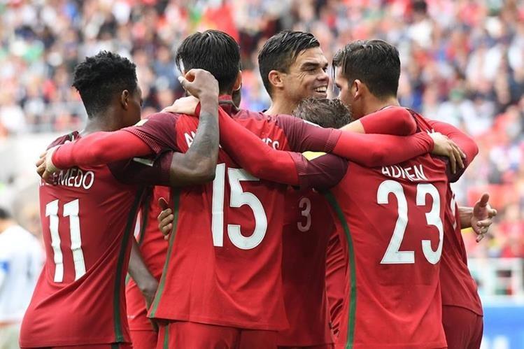 Los jugadores de Portugal festejan luego de que Pepe anotará a lo Sergio Ramos. (Foto Prensa Libre: AFP)