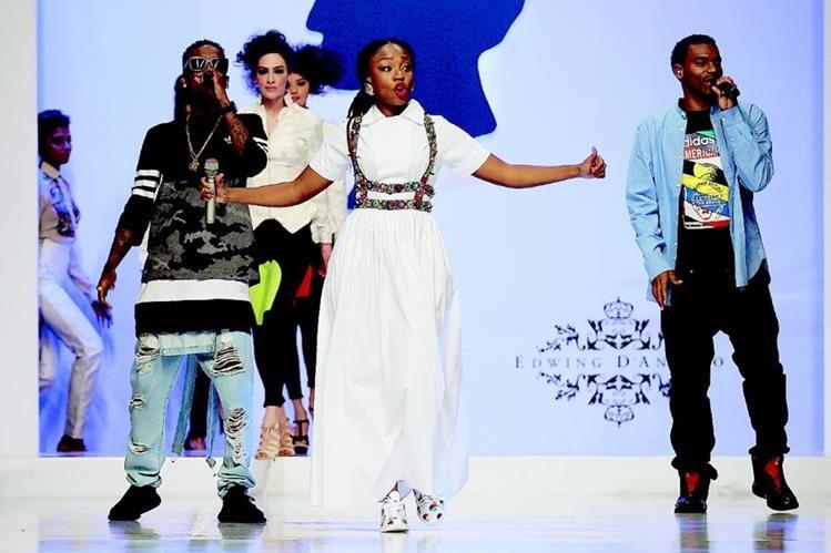 """El grupo colombiano ChocQuibTown se presenta durante la pasarela """"Somos Color"""" (Foto Prensa Libre: EFE)."""