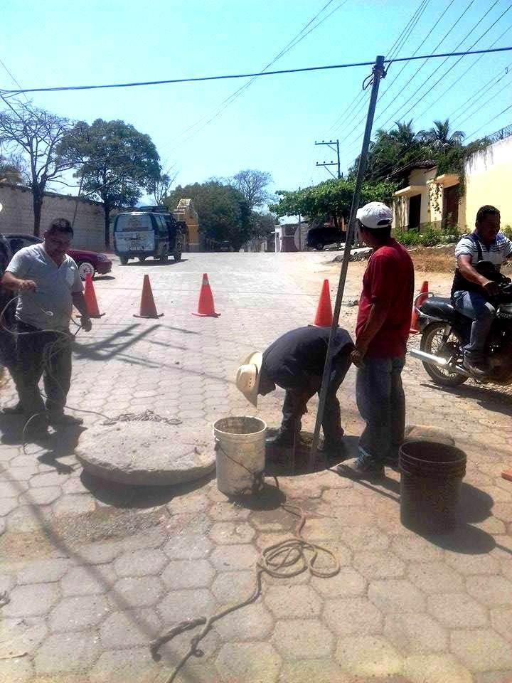 Empleados de la comuna hallan desechos en el sistema de alcantarillas de la zona 7 de Chiquimula (Foto Prensa Libre: Mario Morales)
