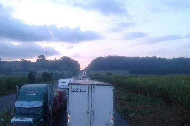 La imprudencia de algunos pilotos ha ocasionado la fuerte carga vehicular, debido a que transitaban contra la vía. (Foto Prensa Libre: Cortesía)
