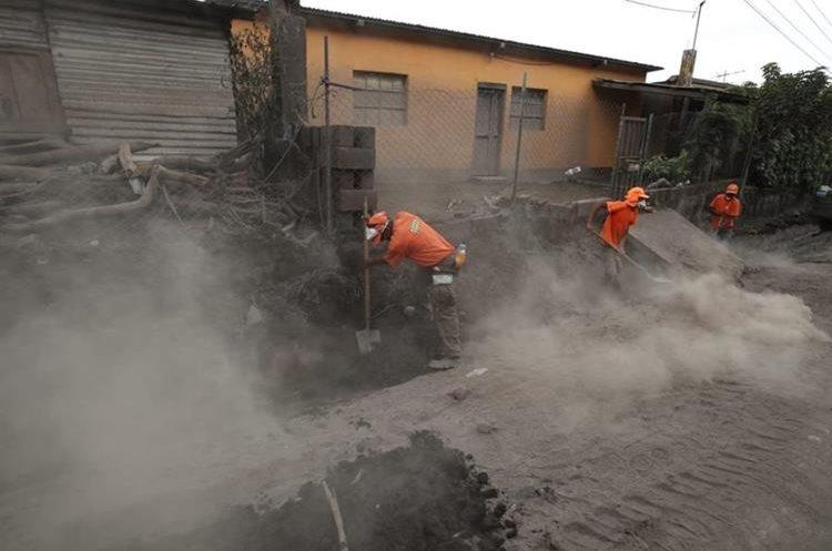 El polvo es uno de los factores que complica el rescate y también perjudica a las brigadas de trabajo (Foto Prensa Libre: Paulo Raquec).