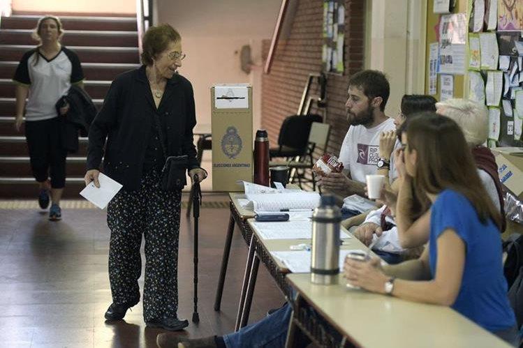 Argentinos cumplen con su derecho de voto en las elecciones presidenciales. (AFP)