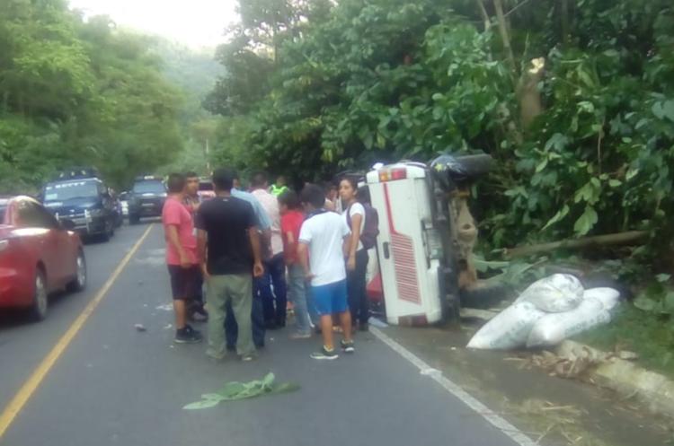 Curiosos observan el automotor accidentado. (Foto Prensa Libre: Whitmer Barrera).