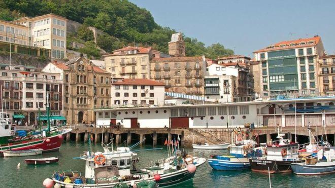 En San Sebastián, como en el resto del País Vasco, muchos jóvenes eligen estudiar en euskera. ALAMY