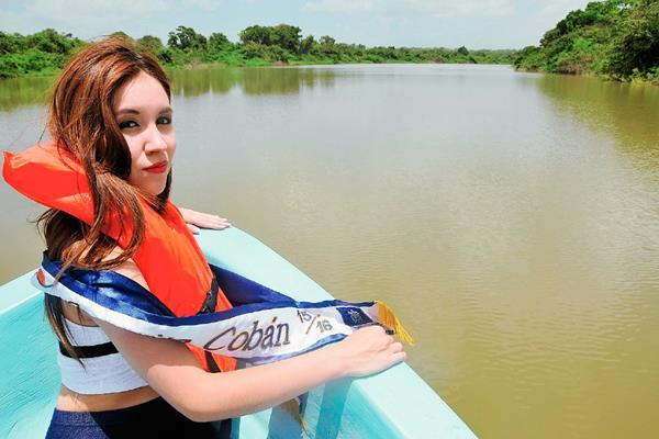 La Señorita Cobán, Crista María González Pacay, viaja en lancha en el río La Pasión, en Sayaxché, Petén. (Foto Prensa Libre: Rigoberto Escobar)