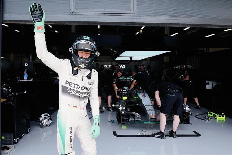 Nico Rosberg saluda a los aficionados al terminar el segundo ensayo libre en Silverstone. (Foto Prensa Libre: AP)