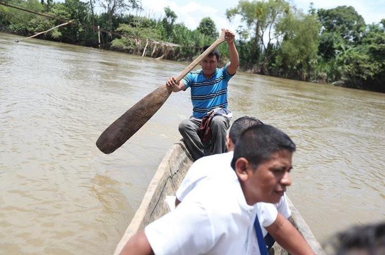 Trabajadores del sistema de salud deben cruzar el río Polochic para llegar a comunidades empobrecidas. (Foto Prensa Libre: Érick Ávila)