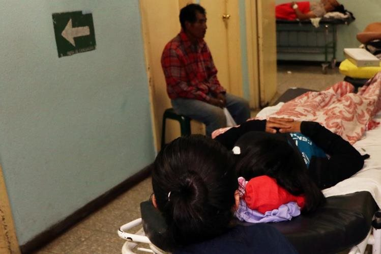 Menor es atendida en HRO luego de que intentó escapar de una casa hogar. (Foto Prensa Libre: Carlos Ventura)