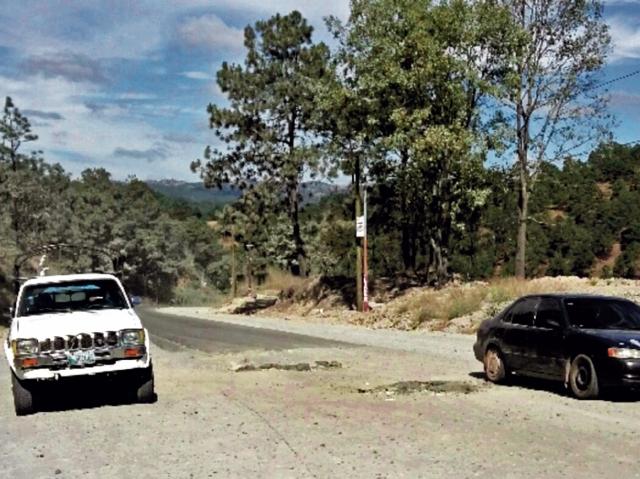 La carretera   de Quetzaltenango a Huehuetenango se encuentra en mal estado, lo que obliga a los conductores a bajar la velocidad para esquivar los agujeros.