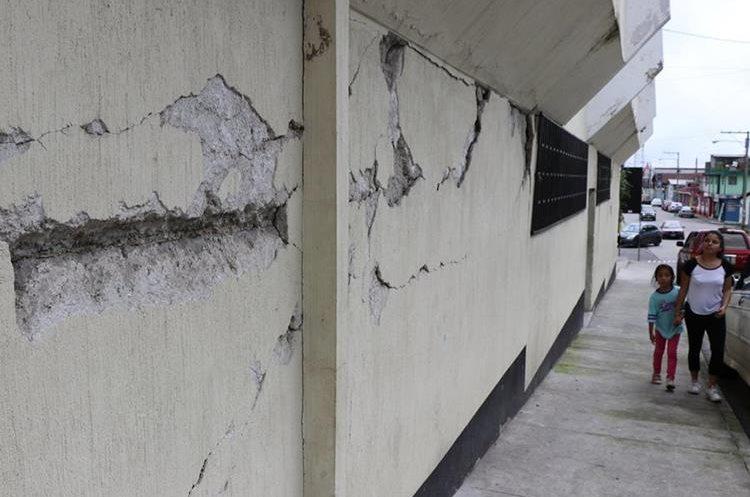 En San Marcos, varios edificios fueron dañados por el temblor, lo que mantiene en alerta a los vecinos del sector. (Foto Prensa Libre: Whitmer Barrera)