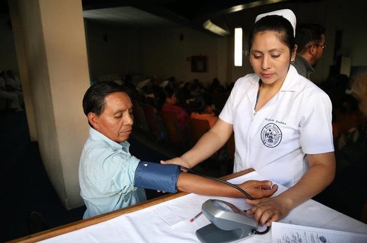 Una enfermera mide la presión a un paciente en el HRO. (Foto Prensa Libre: María José Longo)