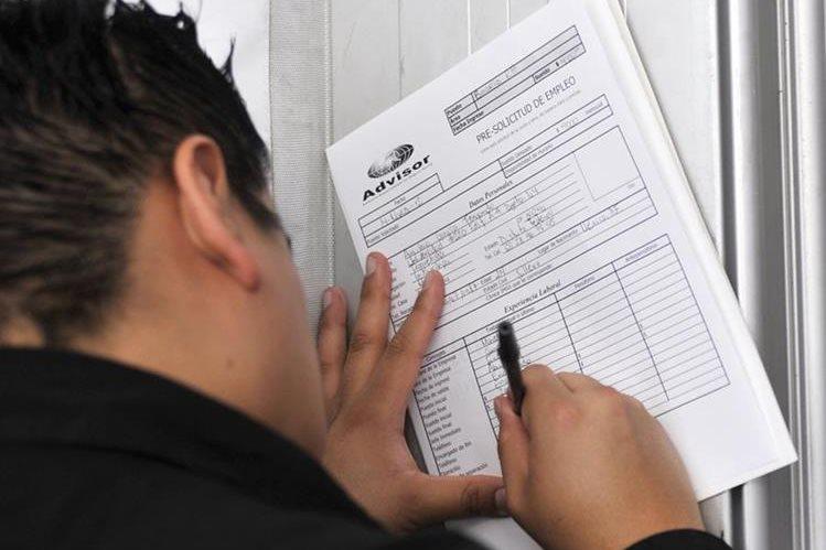 Un joven mexicano mientras llena una solicitud de empleo en Ciudad de México (México). El desempleo en México se situó en el 3,4 % de la Población Económicamente Activa (PEA) en el primer trimestre de 2017. (Foto Prensa Libre: EFE)