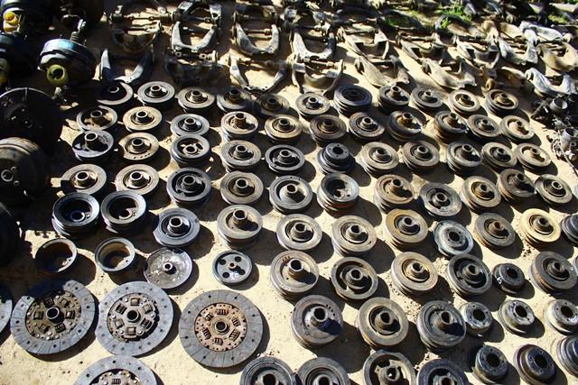 Gran parte  de los vehículos robados en la provincia  son desmantelados en talleres clandestinos para  comercializar sus   piezas. (Foto Prensa Libre: Carlos Ventura)
