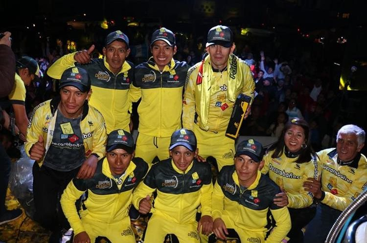 A pesar del cansancio el equipo llegó a Xela para compartir el triunfo con las personas que los esperaron en la sede del club. (Foto Prensa Libre: Raúl Juárez)