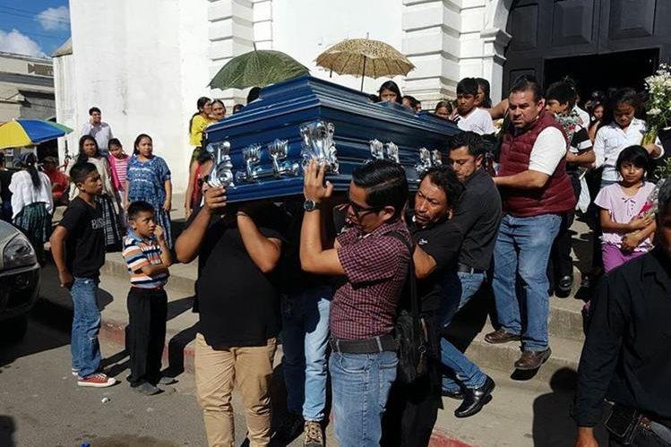 Los restos del locutor Edwin Alexánder Castañeda Choc son retirados de la catedral de Cobán, Alta Verapaz. (Foto Prensa Libre: Eduardo Sam).