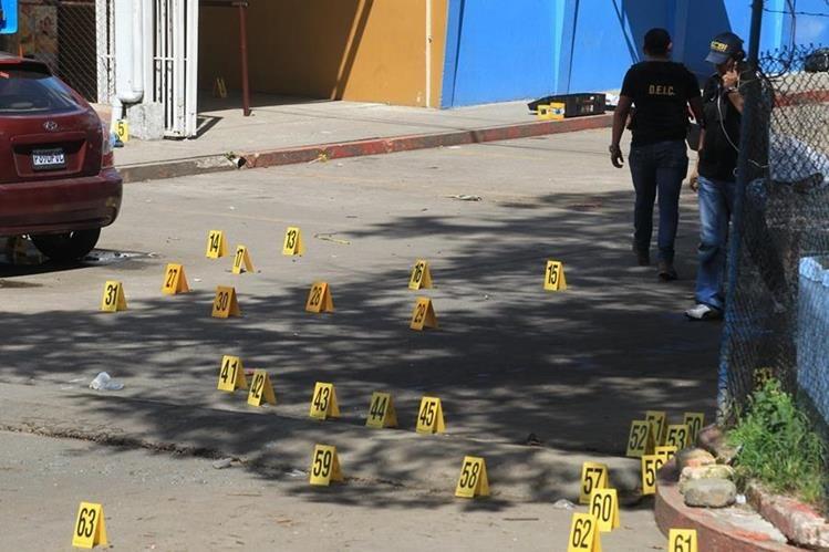 Pandilleros accionaron fusiles para abrirse paso en el rescate de un reo. (Foto Prensa Libre: Carlos Hernández)