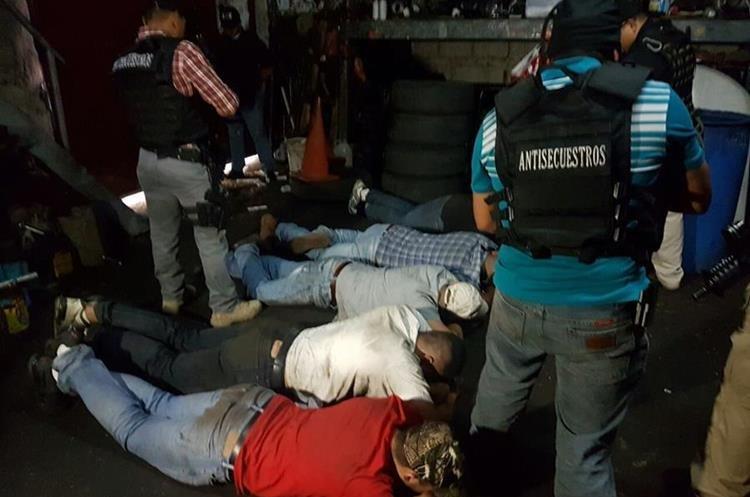 Los capturados son sindicados de robo de vehículos y secuestro de una mujer. (Foto Prensa Libre: PNC)
