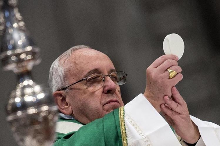 El Papa sostiene la Eucaristía antes de dar la Santa Comunión en la Basílica de San Pedro, Ciudad del Vaticano. (AP).