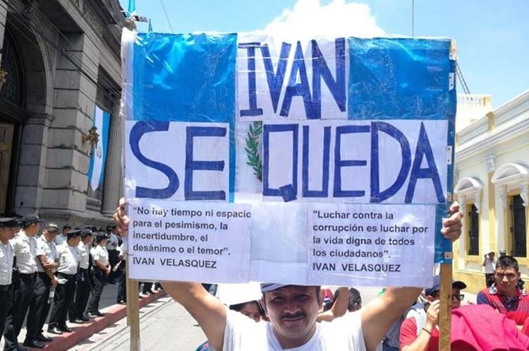 Algunos manifestantes portaban pancartas a favor del Comisionado de la CICIG, Iván Velásquez.