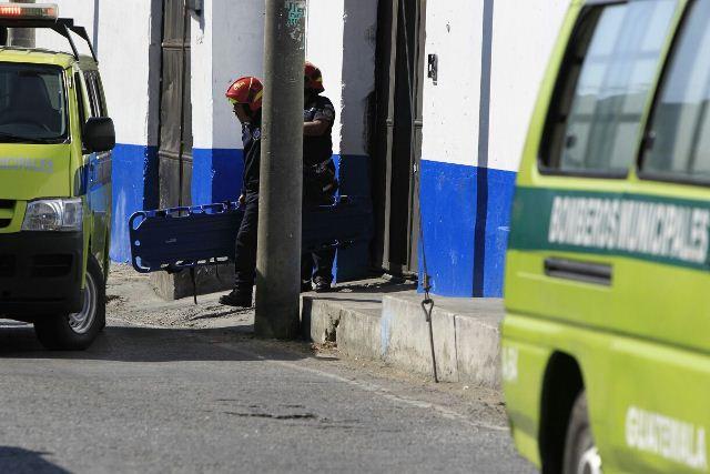 Bomberos esperan entrar para atender a heridos que podrían haber por el motín.