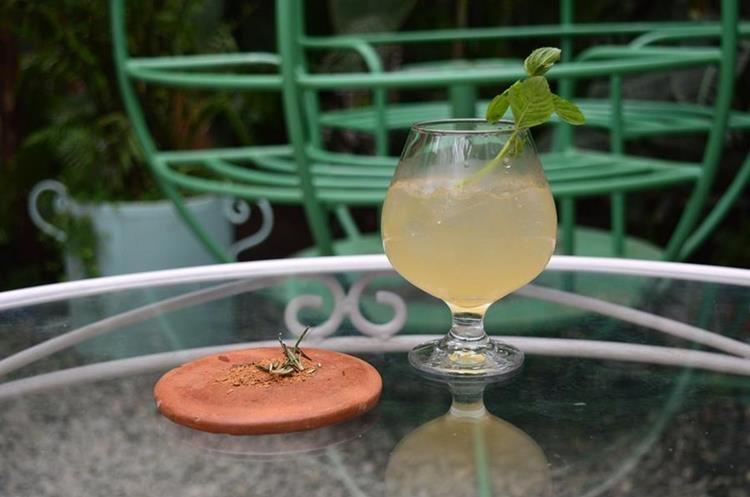 La Matrioska es la bebida más cargada, ya que mezcla cuatro tipos de licor. (Foto Prensa Libre: Alejandro Ortiz).