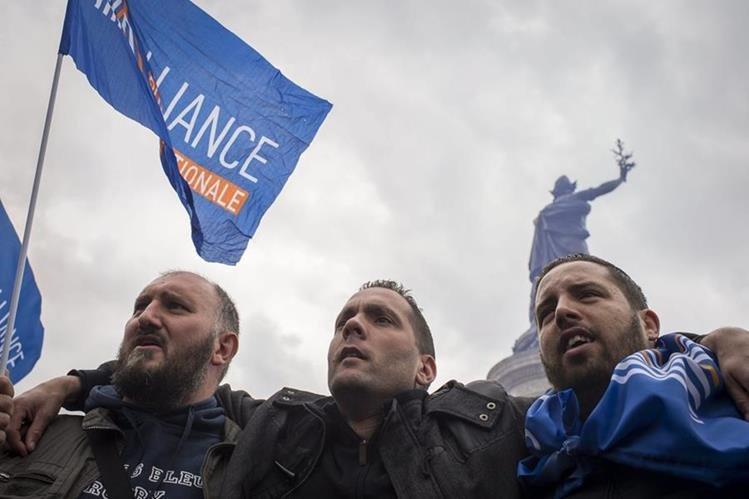 Policías franceses se manifiestan contra lo que consideran una ola de odio contra ellos durante una protesta en la Plaza de la República en París, Francia.(Foto Prensa Libre: EFE).