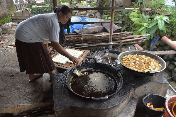 Una mujer prepara el tofu en Kalisari, Banyumas, en Java,Indonesia. (AFP).