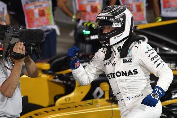 Valtteri Bottas ganó este sábado la pole position del Gran Premio de Bahréin de la Fórmula 1. (Foto Prensa Libre: AFP).