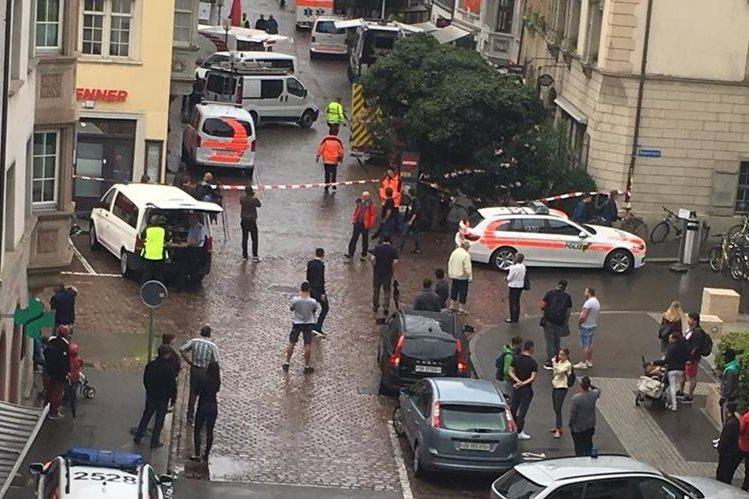 La Policía de Schaffhouse, Suiza, confirmó que cinco personas resultaron heridas en un ataque perpetrado por un hombre aún no identificado. (Foto Prensa Libre: Twitter @s_j_kummer)