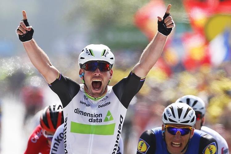 Mark Cavendish ingresa a la meta en la primera etapa del Tour de Francia. (Foto Prensa Libre: AP)
