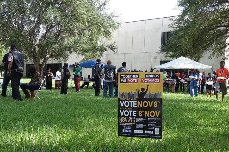 Un centro de votación muestra indicaciones en inglés y español. (Foto Prensa Libre: AFP).