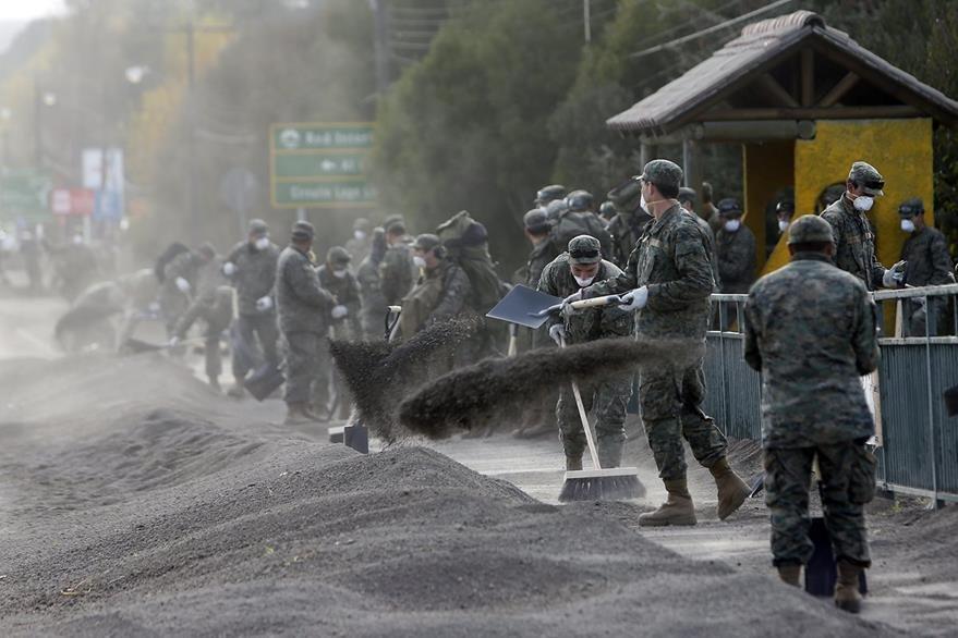 Militares retiran cenizas tras la erupción del volcán Calbuco del jueves último. (Foto Prensa Libre: EFE).