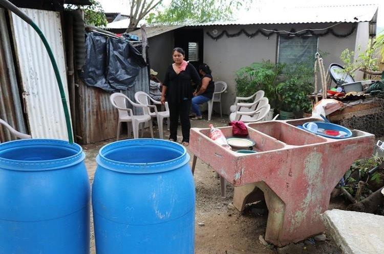 Pobladores manifestaron que autoridades de Salud no han efectuado fumigaciones contra los zancudos. (Foto Prensa Libre: Mario Morales)