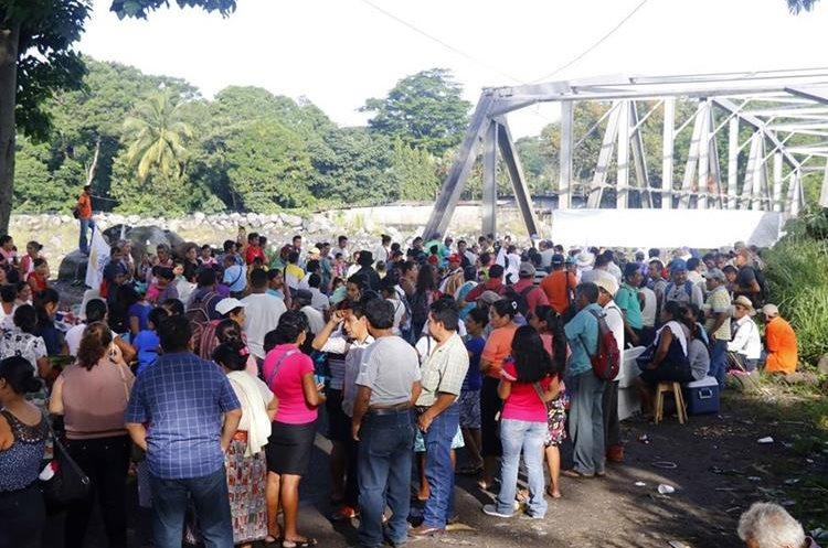 En el km 178 de la ruta al Suroccidente, El Zarco, Retalhuleu, los campesinos exigieron la reparación de las carreteras. (Foto Prensa Libre: Rolando Miranda)