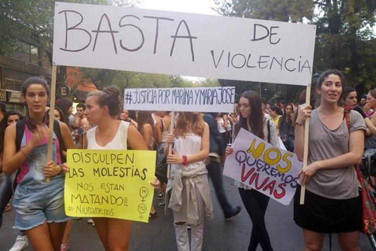 Mujeres marchan con pancartas la semana última en Mendoza, Argentina, para exigir justicia por el doble crimen. (Foto Prensa Libre: EFE).