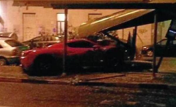 Así quedó el auto de Martín Cáceres tras el accidente de anoche. (Foto Prensa Libre: Twitter)