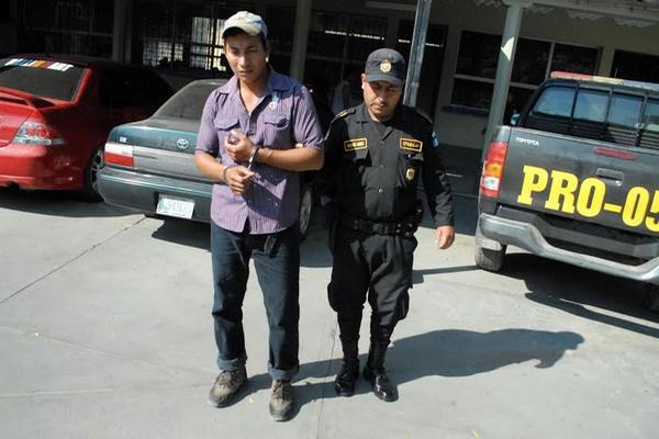 """<p>Humberto Morales fue detenido, acusado de violación, cuando tramitaba su carencia de antecedentes policíacos. (Foto Prensa Libre: Hugo Oliva)<br _mce_bogus=""""1""""></p>"""