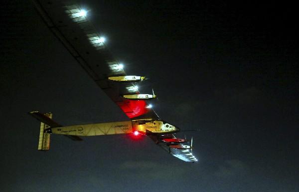 El avión Solar Impulse 2 cobrevuela la ciudad de El Cairo, Egipto. (EFE).