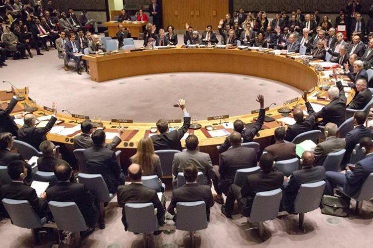 El pleno del Consejo de Seguridad de la ONU, en el momento de aprobar la hoja de ruta para poner fin a la guerra en Siria. (Foto Prensa Libre: AFP).