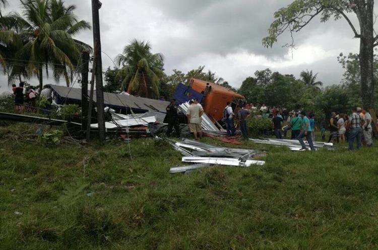 Agentes de la PNC resguardan el km 308 de la ruta a Petén, luego de accidente en Lívingston, Izabal. (Foto Prensa Libre: Dony Stewart)