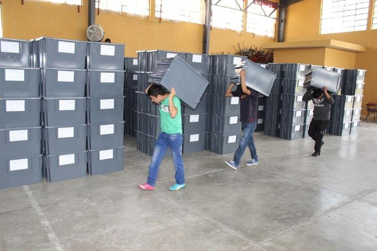 Algunas de las cajas que contienen las papeletas que son distribuidas en Quiché. (Foto Prensa Libre: Óscar Figueroa)