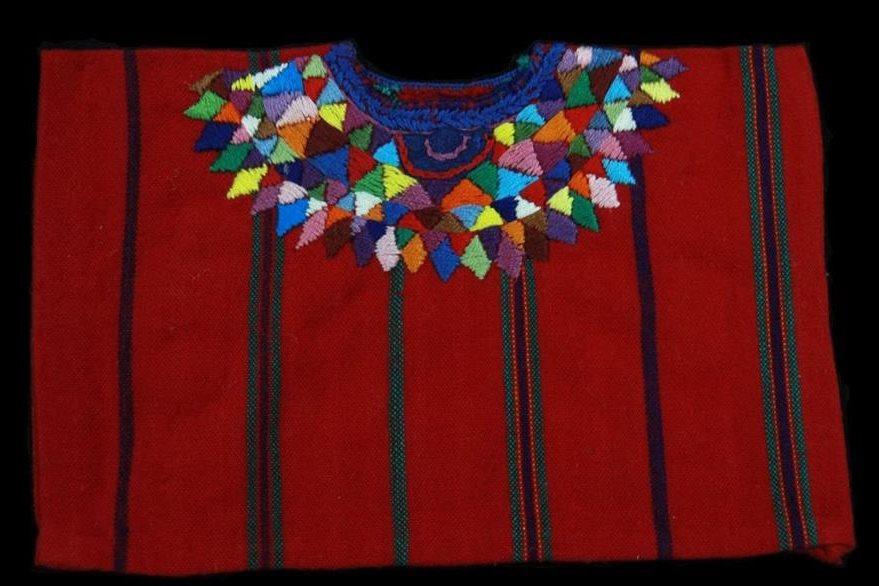 Réplica del huipil de San Bernardino Patzún, Chimaltenango. Se cree que los rombos de colores alrededor del cuello sustituyeron a los adornos originales de plumas. Foto Prensa Libre: Museo Ixchel del Traje Indígena.