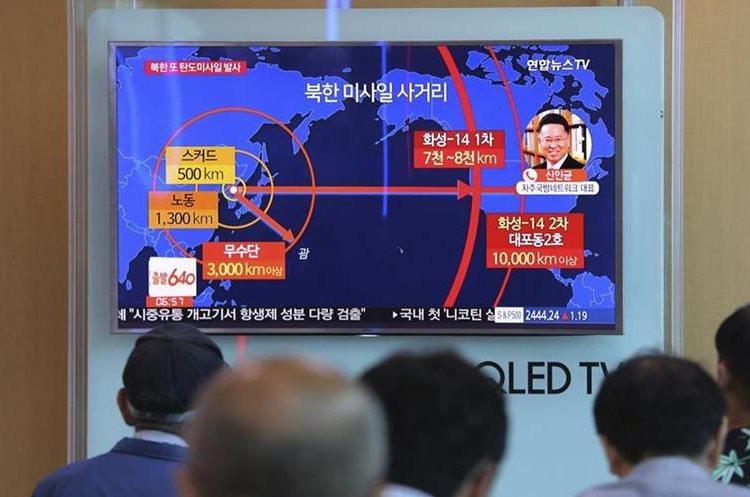 Varias personas se informan sobre el lanzamiento de misiles de Corea del Norte.(AP).