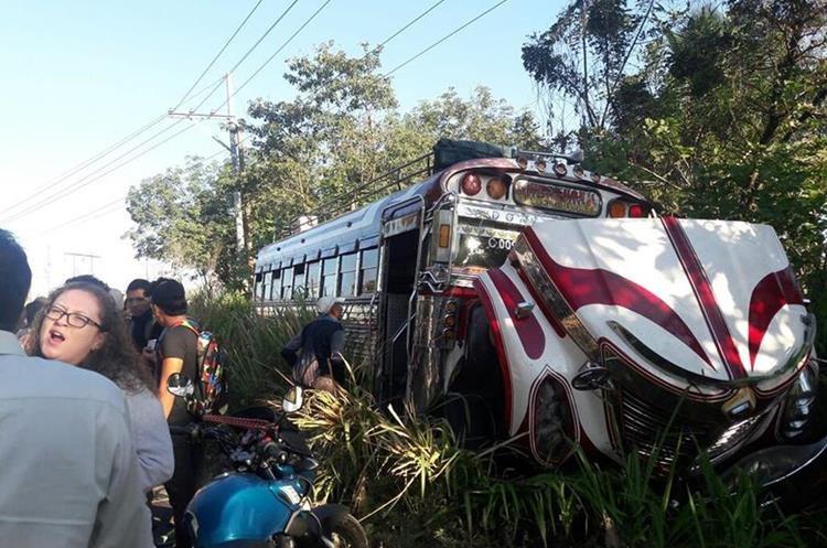 Pasajeros observan el bus de los transportes Atiteca que colisionó de frente con el automóvil. (Foto Prensa Libre: Enrique Paredes)