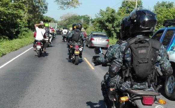 Los ciclistas son resguardados por fuerzas de seguridad.
