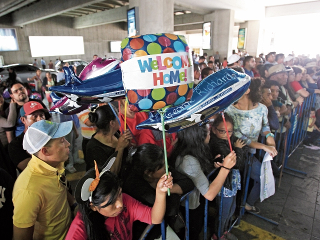 La aglomeración es la primera vista de los turistas al salir del Aeropuerto Internacional La Aurora, en busca de parientes o amigos que, entre gritos, dan la bienvenida.(Foto Prensa Libre: Esbin García)