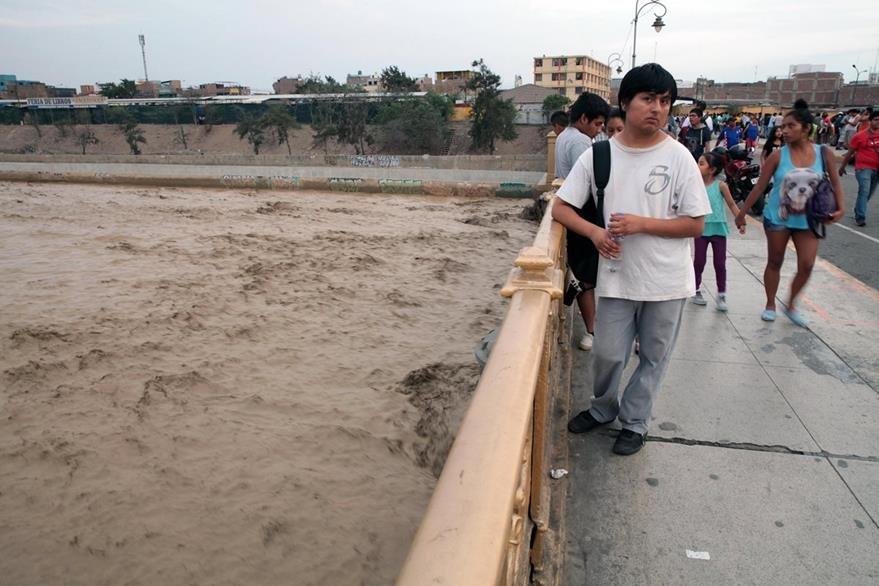 Las inundaciones en Perú causó daños en una parte del puente sobre el río Rimac.(EFE).