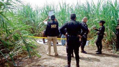 Agentes de la PNC y peritos del MP recogen evidencia en el lugar del hallazgo. (Foto Prensa Libre: Jorge Rolando Miranda)