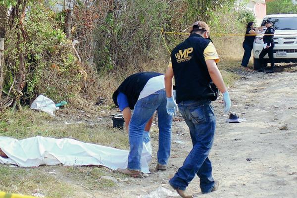 Cadáver de uno de los ultimados en El Carrizal Grande. (Foto Prensa Libre: Hugo Oliva)